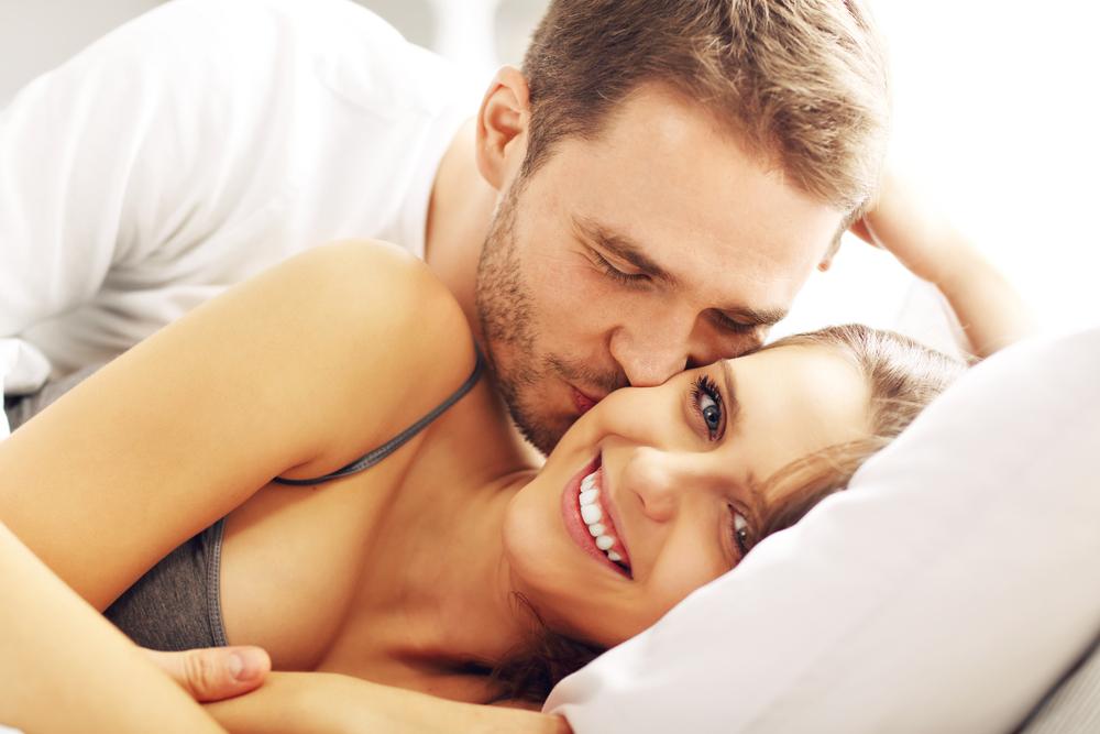 寝てる時にキスしてくる男性心理とは?寝顔にキスする彼氏の本音&付き合ってないのに男性からキスされた時の意味