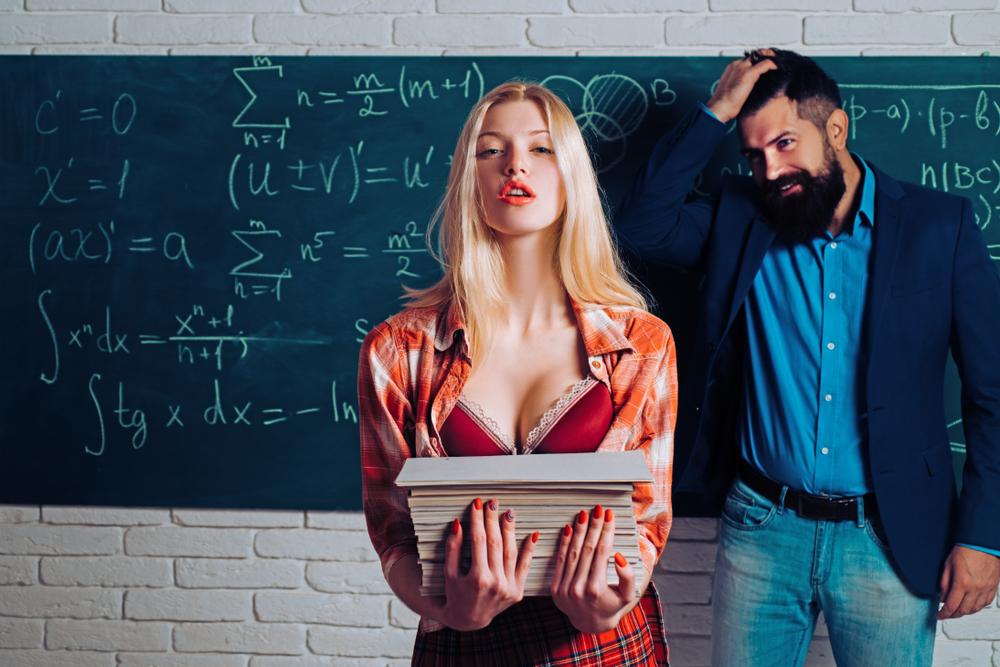 女性の体を見る男性の心理とは?全身を上から下まで見てきたり胸を見てくる意外と真面目な理由&会話中に見られる箇所で分かる彼の好意