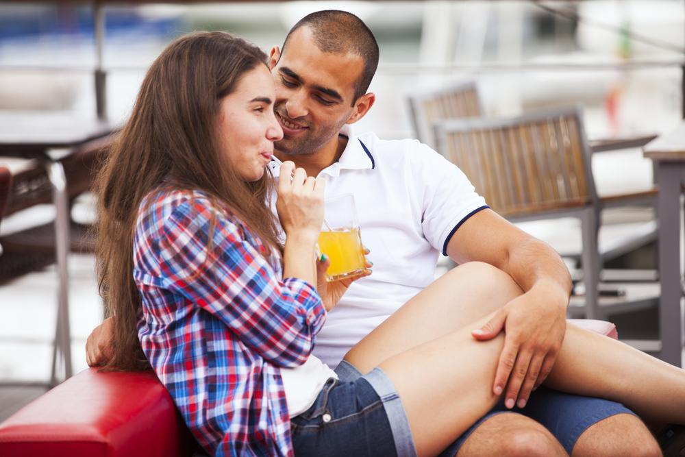 体をくっつけてくる男性心理を解説!触れてくる体の部位で分かる彼の気持ちと体を寄せてくる男性への対処法