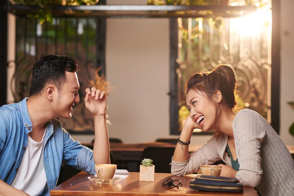 顔を見て笑う男性の心理とは?クスッと笑ったりにやける・優しく微笑むなど笑い方で分かる彼の本音と目が合ったらすべきリアクション